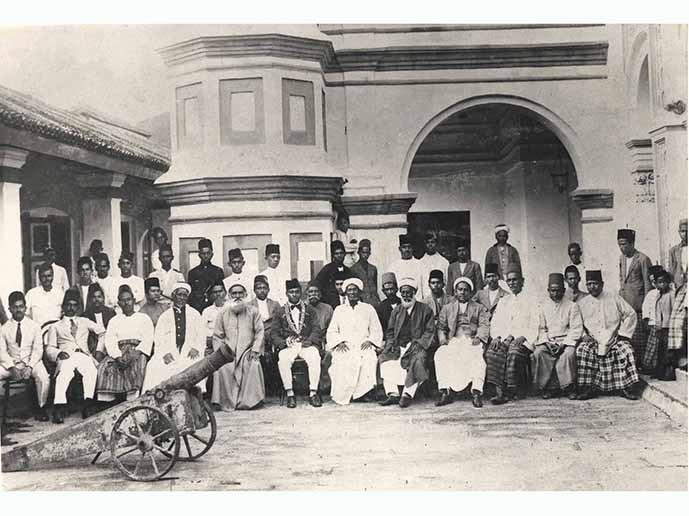 Farewell photograph at Kapitan Kling Mosque in Penang in 1924 on the transfer of Encik Ahmad Jalaluddin bin Sheikh Muhammad from Penang Free School to Kuala Kangsar Malay College. Arkib Negara.