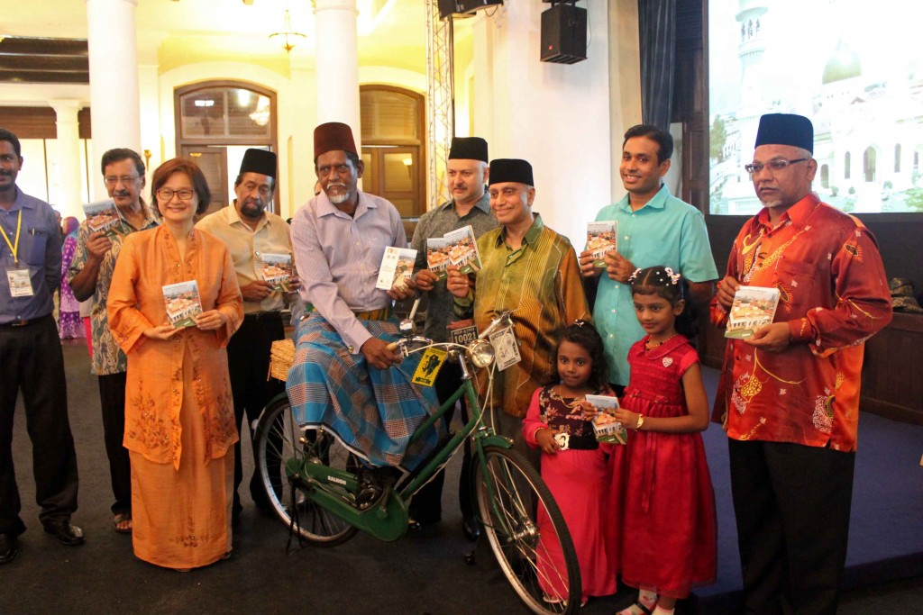 Launching the booklet with Pak Syed Mohamed Haidrus dressed in Fez, sarong pelikat riding an old biycle.  Together with Haji Mohideen Abdul Kader, Dato' Seri Barkath, Dato' Najmudeen, Tan Sri Nor Mohd Yakcop, Hamdan Abdul Majeed and Haji Meera Mydin